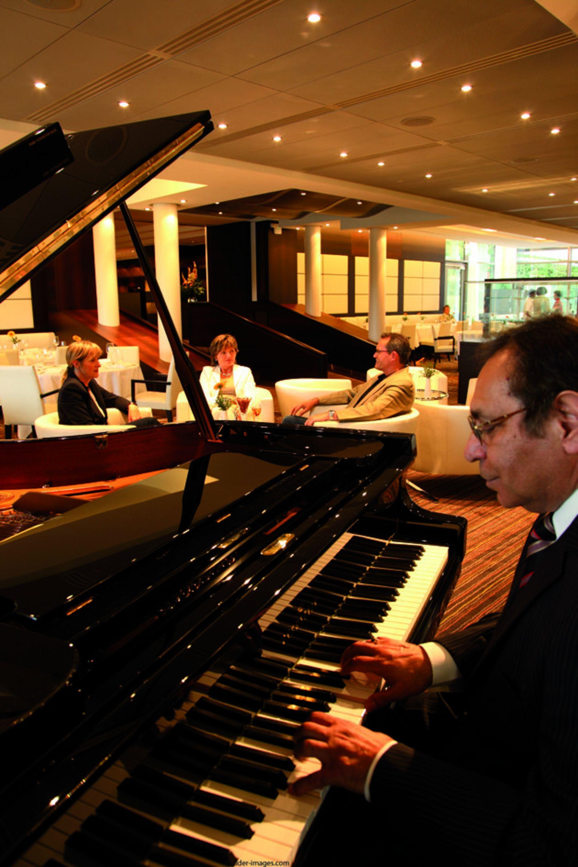 Pianist spielt in der Lounge im Park-Café vor Gästen