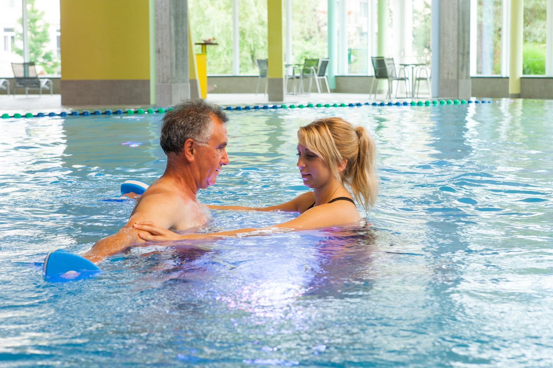 Patient macht Übung im Wasser mit Therapeutin